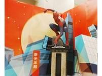 好萊塢超人「原汁戲服」現身百貨 智慧型手機免費入場