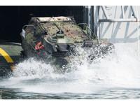 春節加強戰備! AAV7突擊車演練泛水搶灘、戰術挺進