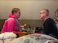 為鼓勵罹癌媽 女兒剃頭髮陪伴:「你並不孤單」