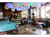 進門古董車、泡泡燈!高雄復古工業風旅店也可用餐拍照