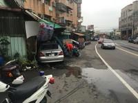 轎車撞進對向越南小吃店 駕駛疲勞開車恍神闖禍