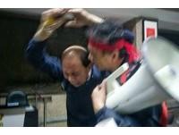 反年改群眾衝教育部警衛哭求離開 網轟抗議者是「暴民」