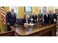 川普簽名又直又硬像「心電圖」 超狂筆跡透露反骨個性