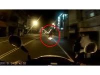 金髮屁孩載妹無照飆給警追 闖紅燈+逆向警局前被撞飛