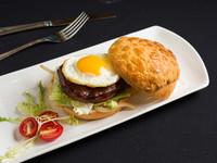 香港美食車首批2/3營運 竟然有賣黯然銷魂漢堡
