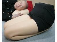 臉紅心跳「窄裙美腿枕」 讓男性不再怕失眠