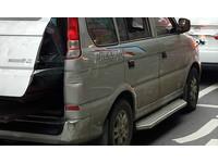 狂!灰色休旅車後車廂關不上 拿「透明膠帶貼起來」