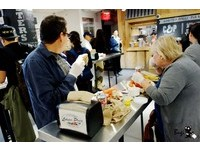 到紐約人氣市場吃海鮮 Q彈龍蝦+鹹甜龍蝦堡=美好的一天