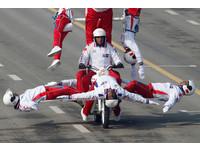 印度狂閱兵又來了!摩托車隊「人肉風火輪」竟能疊20人