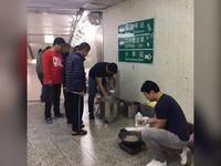 除夕扛瓦斯桶、鍋爐進地下道 就為煮暖呼呼年夜飯給街友