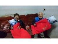 收到孫子的「超厚紅包」 阿公阿嬤「露燦笑」感動網友