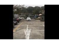 霸氣爽停正中間!白色休旅車佔出入口...兩側還留通道