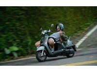 屁孩騎車「躺座椅比YA」…下秒犁田了 網:我給87分