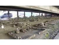 梨阿伯耗時3年多 中投公路高架橋下造古早味小人國