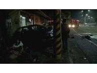 轎車撞民宅引擎甩出 熟睡屋主彈飛撞牆慘死