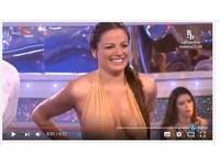 爆乳女星穿深V泳裝跳水 鏡頭只顧拍她「兩點激凸」