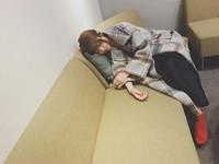 邵雨薇1年軋3戲累壞 「癱軟沙發」秒睡!