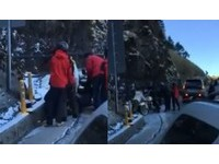 騎重機上合歡山打滑 6賞雪客用拖車繩幫忙搶救