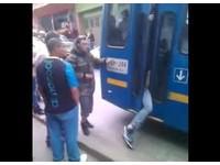 公車司機秒關門攔腰夾扒手 「雙腿懸車外」直送警局