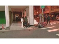 金髮男遭撞飛昏迷前求救 「正妹好友團」火速救援