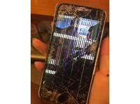 「幾乎粉身碎骨」iPhone從十樓摔下 網友還想讓它復活