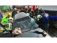 台中「死亡迴轉」搶道遇槽車撞飛! 豐田男夾車內不治