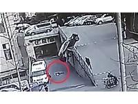 被越野車撞翻 母親爬向兒子護住他...一秒後車砸下來