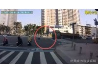 偷懶騎斑馬線「高雄式左轉」 阿嬤下一秒遭砂石車撞飛