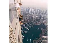 單手懸吊306公尺摩天樓 俄羅斯23歲辣模玩命拍美照。(圖/翻攝自「Viki Odintcova」的IG)