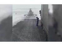 「基地在哪個方向?」...軍用直升機迷航 降落向司機大哥求救