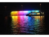 屏東夜間遊湖新亮點!全台唯一海上「七彩水幕光雕秀」