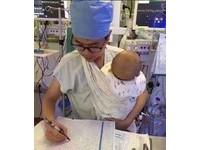 單身男護士懷抱熟睡小寶寶工作! 2張暖照刷爆網路