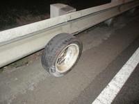 K8國道當賽道失控 撞爛車體噴出2顆輪胎砸無辜車