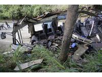 菲律賓遊覽車下坡失控 撞斷電線桿壓爛車體14死