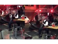 「馬祖麵店」20歲男遭砍!運將看救護車吃麵 網:吃飯皇帝大