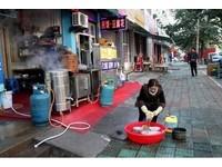 正妹祝嘉雯韓國洗碗籌生活費 回家也蹲路邊幫爸媽洗碗
