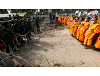 搜3天仍不見洗錢住持 泰警死守門口「千名僧侶人牆抵抗」