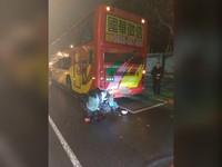機車「撞破」違停遊覽車左車尾 20歲騎士下身卡車底