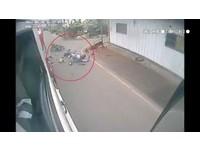 巷口突竄出...騎士高速直撞水泥車噴飛 網:三寶又害人