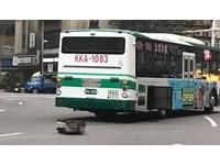 公車開一半「電瓶噴飛」秒GG 網笑虧「拋棄式」業者急召修