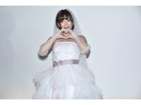 「AV女友」紗倉真菜穿婚紗 被粉絲現場求婚心動了!