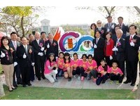 新營國小表揚124位校友 濟安宮點聖火「創意迎百歲」