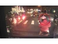 「無視救護車」鳴笛狂按喇叭 三寶騎士等到綠燈才騎走