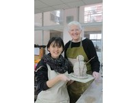 陶博首創「快遞」服務 外籍陶藝家全台各地和學生互動