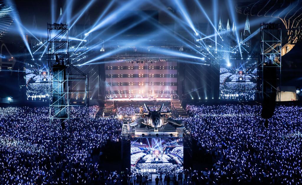 五月天此次演唱會除了有高14層樓、多達30種舞台變化組合的「人生的移動城堡」,還出現了「宇宙戰艦」,令歌迷嘆為觀止。