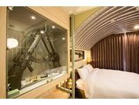 軍人魂迸發!台灣首家戰地風旅館 枕頭旁就有槍、子彈