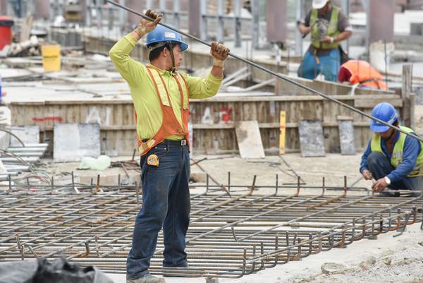 一例一休,工程,工地,工人,工安衛生,勞檢,職場安全,派遣工,臨時工。(圖/記者李毓康攝)