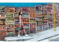 街頭重現《情深深雨濛濛》!穿旗袍漫步香港舊城正時髦