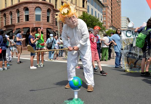 ▲美國總統川普有意退出《巴黎協定》,民眾為此上街頭抗議。(圖/路透社)