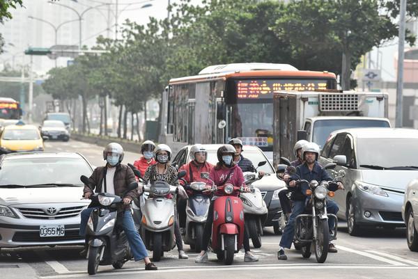 ▲空氣污染,空汙,pm2.5,機車族,通勤,天氣,霧霾,口罩。(圖/記者李毓康攝)